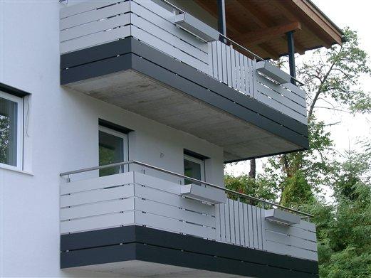 Balkongeländer Inoxstruktur mit HPL-Plattenverkleidung antrazit -hellgrau Neubau in Vahrn  Brixen Sept. 2016
