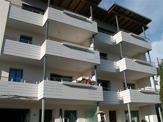 Balkonfassade Inox-HPL mit Blumenkästen