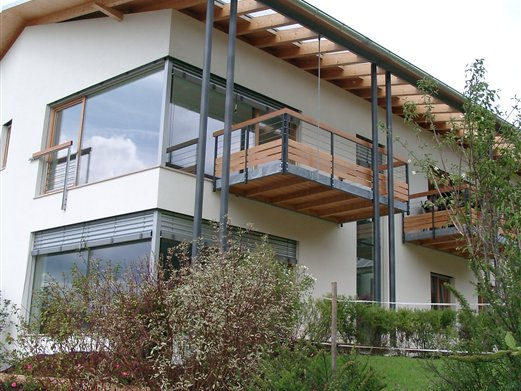 Balkonunterkonstruktion mit Geländer, Bespannung Inoxdrahtseile Handlauf Holz
