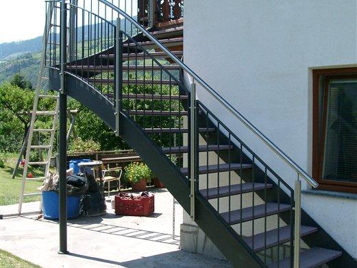 Außenstiege Eisen Inox, viertelgewendelt mit Stufenbleche und Steinplatten