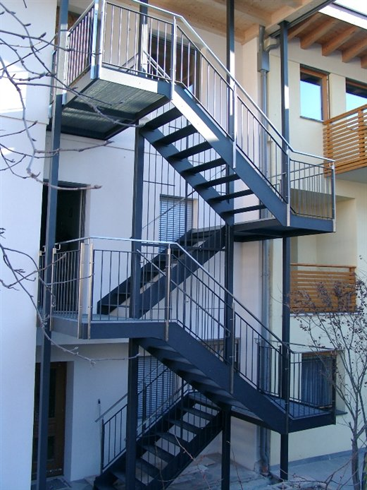 Eingangstreppe pulverbeschichtet,Steher und Handläufe Edelstahl externer Zugang (Montage Feb.2015)