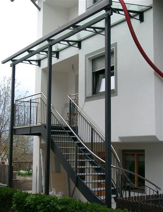 Außenstiege mit Glasüberdachung Stufen und Podest mit Granitsteinplatten
