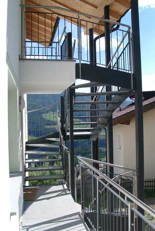 Komplexe Außenstiege teils gewendelt