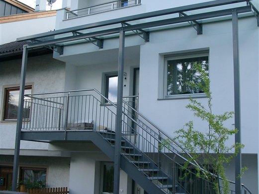 Außenstiege mit Überdachung verzinkt grau beschichtet