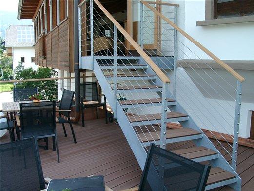 Wangenstiege Stufen mit Holzeinsatz Geländer mit Seilbespannung