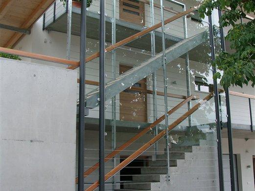 Stiege mit Glasverkleidung, Balkone Stahl / Beton
