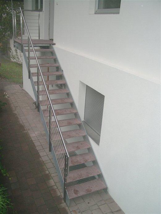 Außenstiege verzinkt mit Geländer und Porphyrsteinstufen