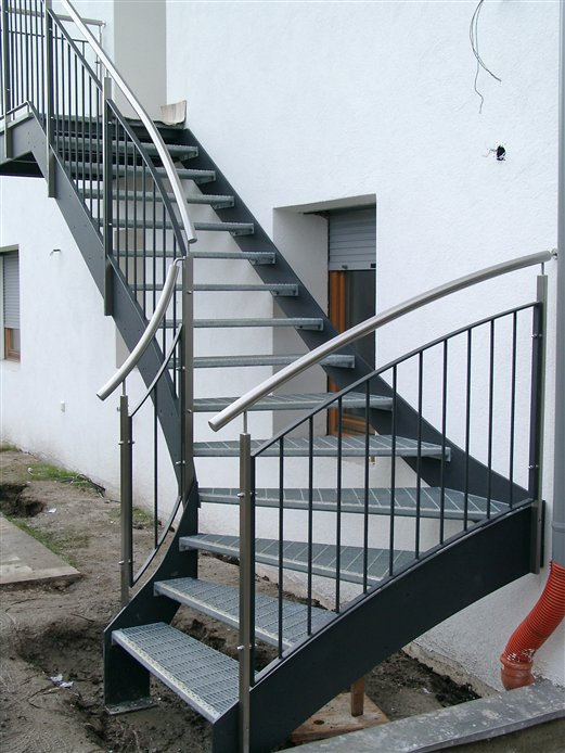 Eingangsstiege mit Gitterroststufen externer Zugang  Wohnung in Feldthurns
