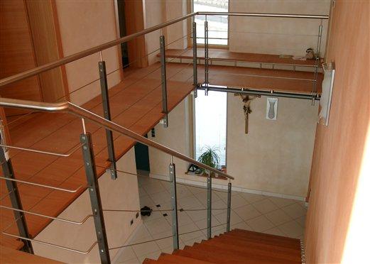 Podest auf Stahlrohren mit Abstandhalter Inox als Boden- Unterkonstruktion