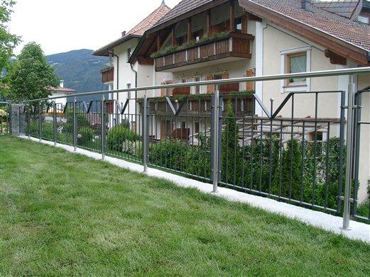Brüstungsgeländer Inox-Elemente beschichtet Ferienhaus in Gufidaun (Montage Mai 2015)