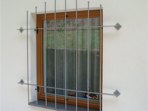 Fenstergitter aus Flach und Rundinoxstäben satiniert
