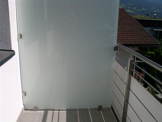 Balkon-Trennwand VSG-Glas mit mattweißer Folie befestigt mit Glasklemmhalter Inox