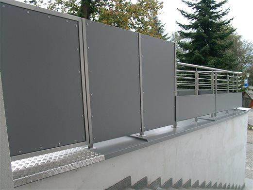 Durchgang und Sichtschutz-Geländer Inox-HPL-Platten in Feldthurns