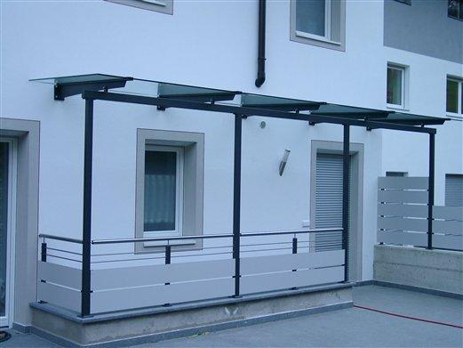 Überdachung für einen Stiegenaufgang mit Geländer und Sichtschutz
