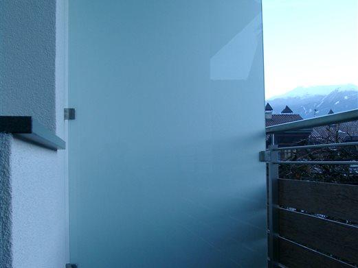 Balkon-Trennwand mit Glasklemmhalter-Inox befestigt