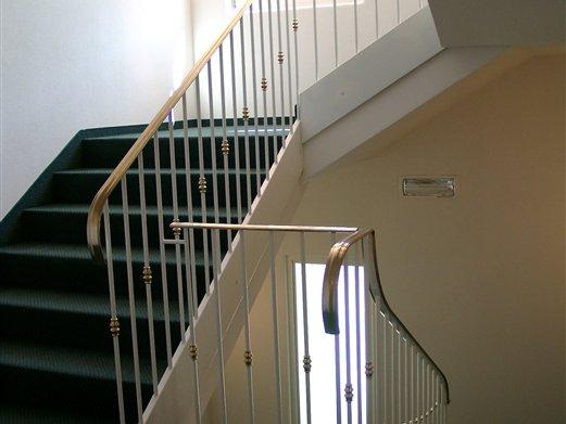Geländer und Gewange für ein Hotelstiegenhaus Handlauf Messing poliert