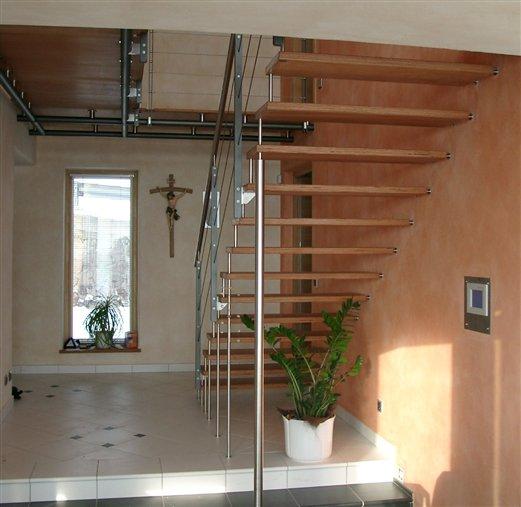 Stufen Holz mit Befestigungsstifte Geländer mit Seilbespannung Inox