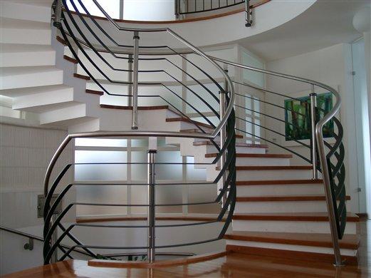Stiege mit Geländer der Mittelpunkt im Haus