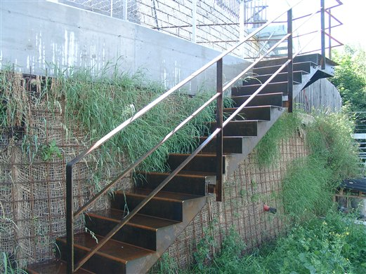 Stiege aufgesattelt, mit Geländer Material Corteenstahl (Montage Mai 2015)