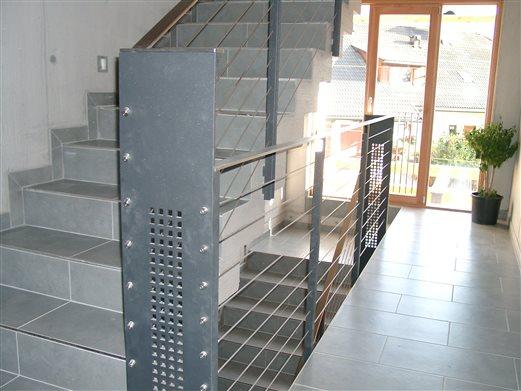 Stiegengeländer, ausgelaserte Stahlelemente pulverbeschichtet, Flachinoxhandlauf,Inoxseilbespannung