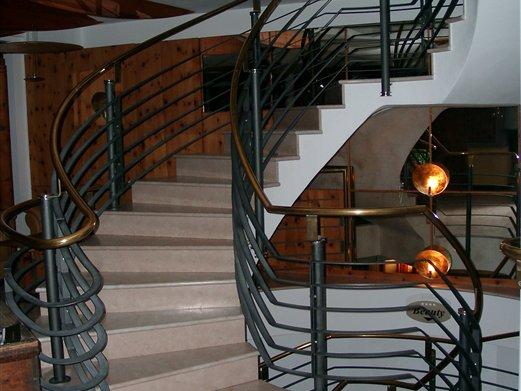 Stiegengeländer für ein Hotel mit Handlauf Messing