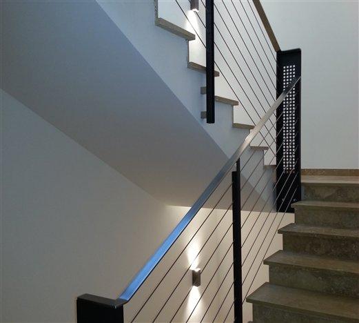 Stiegengeländer für ein Hotel mit Handlauf Flachinox und Seilbespannung gelasertes Element im Stiegenauge