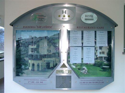 Schaukasten Inox mit integr. Postkasten für ein Hotel