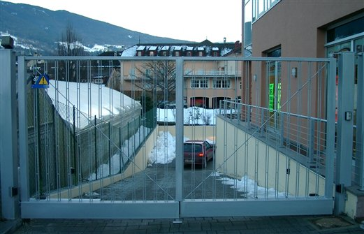 Zweiflügelige Durchfahrts-Toranlage mit Hydro Antrieb, Funkfern-Steuerung, und Schlüsseltaster Stahl verzinkt und pulverbeschichtet