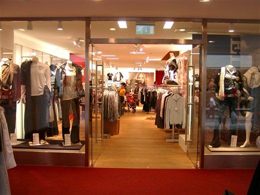 Geschäftseingang mit zweiflügeligen Ganzglastüren für ein Bekleidungsgeschäft in Bruneck