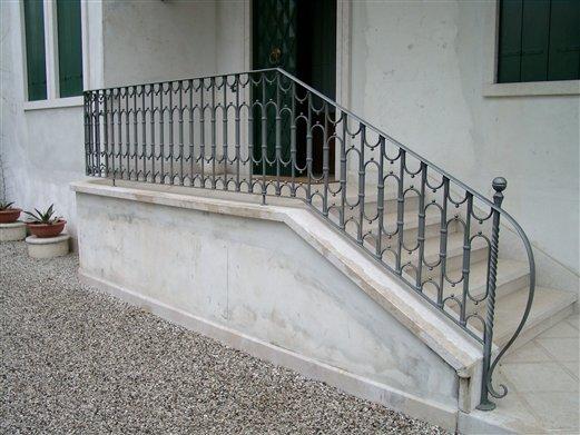 Treppen-Geländer für ein Wohnhaus in Vicenza alles von Hand geschmiedet