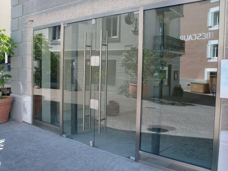 Geschäftseingang mit Schaufenster Inox-Glas in Schlanders