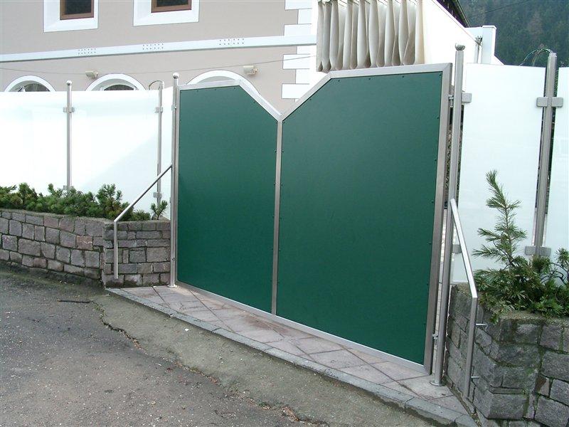 Sicht und Lärmschutz Glas-HPL-Plattenverkleidung für ein Restaurant in Schrambach-Feldthurns