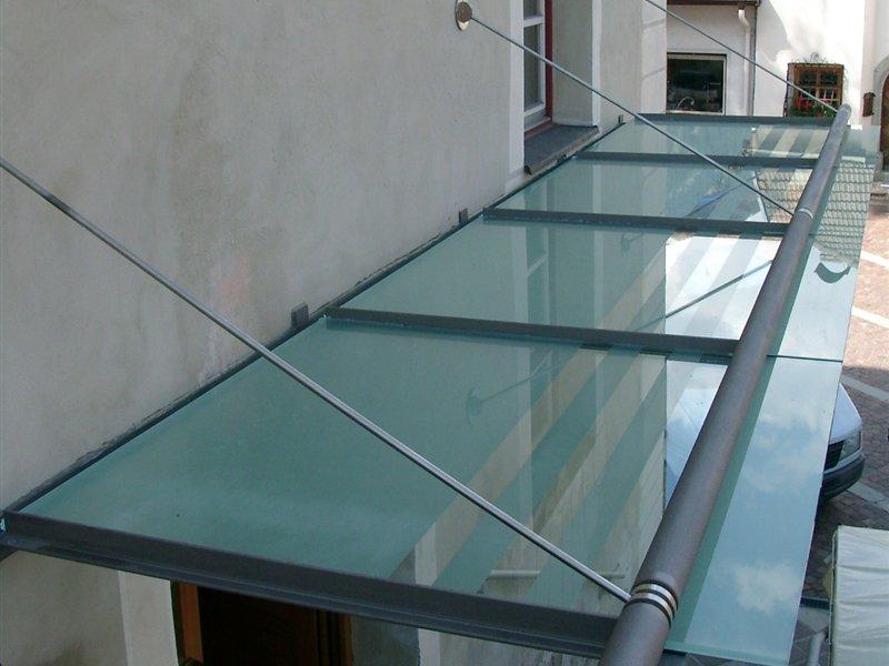 Vordach mit mauerseitiger Regenrinne, Abdeckung satiniertes VSG-Glas in Rasen-Antholz