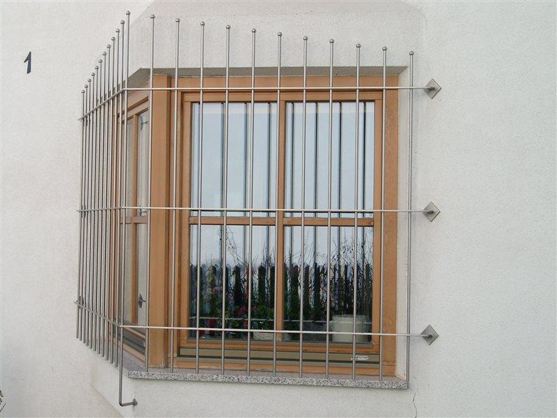 Fenstergitter aus satiniertem Inox, Wohnhaus in Feldthurns (Montage Feb. 2015)
