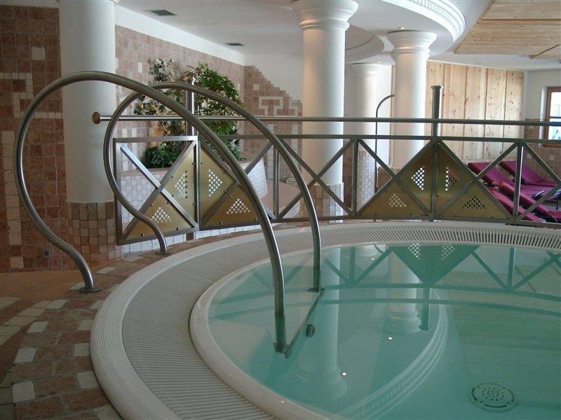 Einstieg und Geländer für ein Whirl-Pool (Wellnessbereich Hotel Astor in Olang)