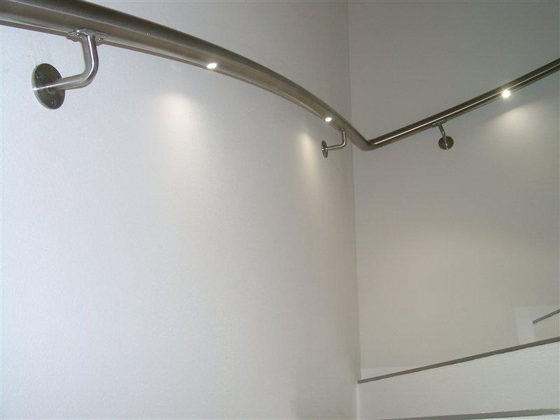 Handlauf Inox gebogen, mit eingesetzten LED-Beleuchtungskörpern (Privatwohnung in Feldthurns)